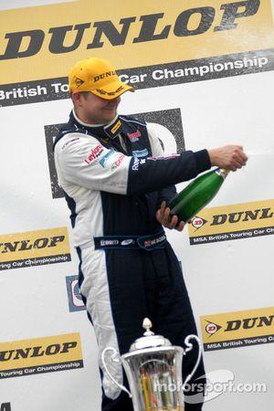 vainqueur Mat Jackson fait sauter le champagne