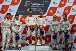 Podium: winnaars Darren Turner en Tomas Enge, 2de Frédéric Makowiecki en Thomas Accary, 3de Warren H