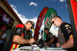 Signeersessie: #39 Supercheap Auto Racing: Russell Ingall, #51 Castrol Edge Racing: Greg Murphy