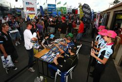 Autograph session: #9 SP Tools Racing: Shane van Gisbergen