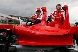 Fernando Alonso, Scuderia Ferrari met Stefano Domenicali Ferrari General Director en new Ferrai Roller Coaster, de snelste achtbaan ter wereld die een snleheid bereikt tot 240 kph, in Abu Dhabi