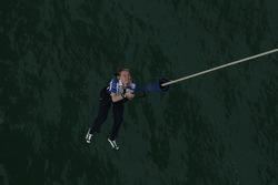 Jari-Matti Latvala saute depuis le Aucklet Bridge