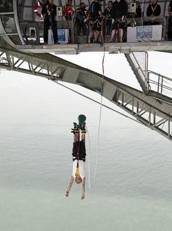 Daniel Elena saute depuis le Aucklet Bridge