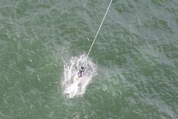 Marc Marti saute depuis le Aucklet Bridge