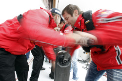 Sébastien Loeb aide son équipe contre Ford