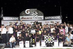 Victory lane: race winnaar Denny Hamlin, Joe Gibbs Racing Toyota