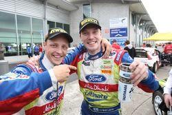 Winnaar Jari-Matti Latvala met ploegmaat Mikko Hirvonen