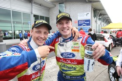 Vainqueur Jari-Matti Latvala fête son succès avec équipier Mikko Hirvonen