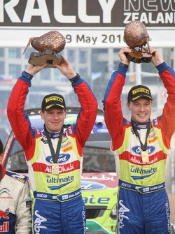 Podium: vainqueurs Jari-Matti Latvala et Miikka Anttila fêtent leur succès
