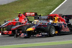 Лукас ди Грасси, Virgin Racing, Себастьян Феттель, Red Bull Racing и Льюис Хэмилтон, McLaren Mercedes выезжают с пит-лейна