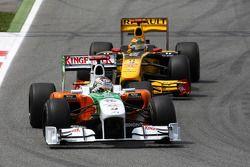 Адриан Сутиль, Force India F1 Team едет впереди Роберта Кубицы, Renault F1 Team