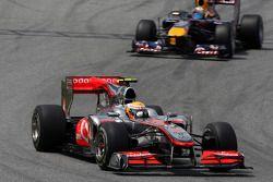 Льюис Хэмилтон, McLaren Mercedes едет впереди Себастьяна Феттеля, Red Bull Racing