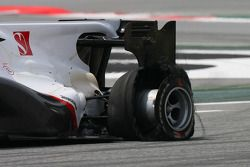 Pedro de la Rosa, BMW Sauber F1 Team with a punctured tyre