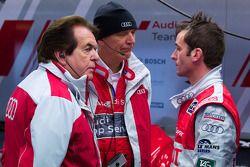 Romain Dumas discusses avec Reinhold Joest et Dr. Wolfgang Ullrich after his stint