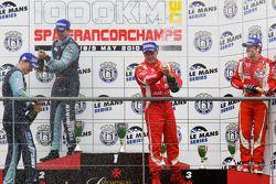 LMGT2 podium: klassewinnaars Marc Lieb en Richard Lietz, tweede plaats Gianmaria Bruni en Jaime Melo