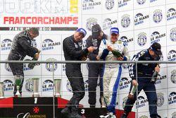 FLM podium: vainqueurs de la catégorie vainqueurs de la catégorie Steve Zacchia, Luca Moro et Wolfgang Kaufmann, 2e Dominik Kraihamer, Nicolas de Crem et Bernard Delhez, 3e Peter Kutemann, Maurice Basso et John Hartshorne font pêter le champagne