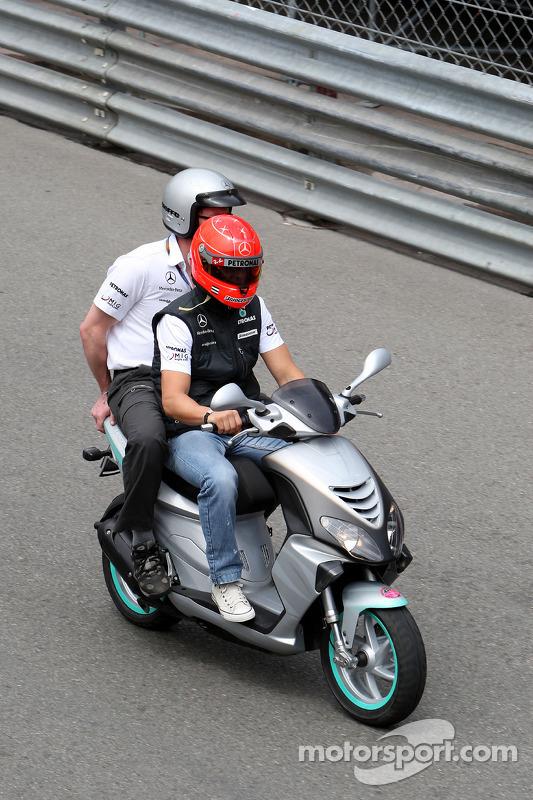 Michael Schumacher, Mercedes GP rond het circuit met ingenieur Andrew Shovlin