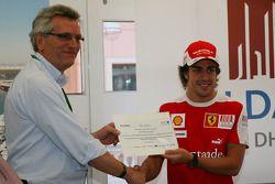 CEO of Aldar Properties présente Fernando Alonso, Scuderia Ferrari au invités du Yas Marina