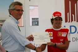 CEO, Aldar Properties presents Fernando Alonso, Scuderia Ferrari ve invitations to Yas Marina