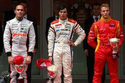 Podio: ganador de la carrera Sergio Pérez, el segundo lugar Pastor Maldonado, y el tercer puesto Dan
