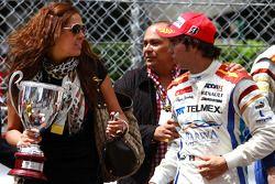 Race winnaar Sergio Perez viert