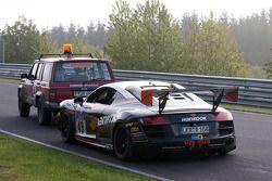 #49 Audi R8:Alexander Krebs, Chris Vogler, Ellen Lohr, Guido Naumann derrière la dépaneuse after a crash