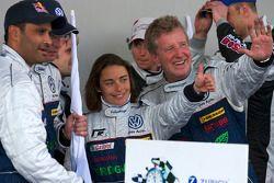 AT-klasse winnaars Nasser Al Attiyah, Vanina Ickx, Dieter Depping en Klaus Niedzwiedz vieren feest