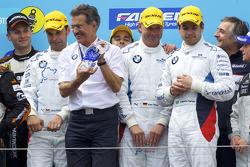 Podium: 1. Jörg Müller, Augusto Farfus, Uwe Alzen, Pedro Lamy, mit BMW-Sportchef Mario Theissen