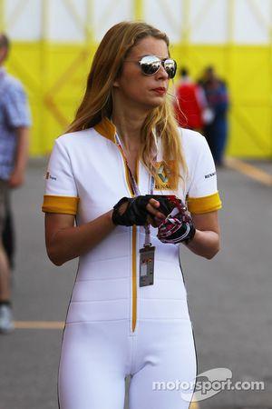 Chica de Renault en el paddock