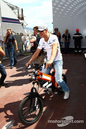 Michael Schumacher, Mercedes GP Petronas en una bici en el paddock