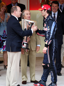 Podyum: Prens Albert, Monaco gives trophy to Podyum: first place Mark Webber, Red Bull Racing