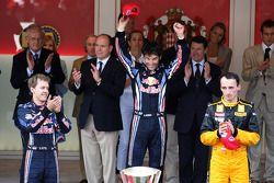 Podium: Première place Mark Webber, Red Bull Racing avec 2e Sebastian Vettel, Red Bull Racing et 3e Robert Kubica, Renault F1 Team