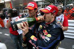 Podio: segundo lugar Sebastian Vettel, Red Bull Racing y gandor de la carrera Mark Webber, Red Bull