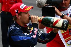 Podio: segundo lugar Sebastian Vettel, Red Bull Racing