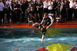 Red Bull mécaniciens dans la piscine