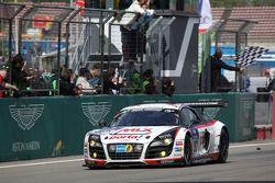 #97 Phoenix Racing Audi R8 LMS: Dennis Rostek, Luca Ludwig, Marc Bronzel, Markus Winkelhock passe le drapeau à damiers for 3e