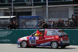 #168 Team DMV Seat Ibiza: Hans-Christoph Schäfer, Marcus Bulgrin, Michael Albertz après la ligne d'arrivée