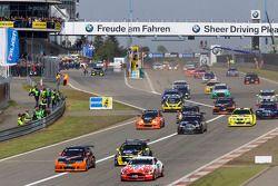 Départ du deuxième groupe : #80 Live-Strip.com Racing BMW 330i: Fabian Plentz, Kristian Nägele, Dennis Nägele, Rudi Seher et #61 Mathol Racing Aston Martin Vantage V8: Matthias Holle, Rickard Nilsson, Frank Bierther