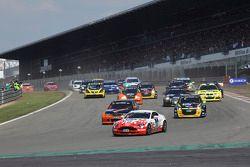 Départ du deuxième groupe : #61 Mathol Racing Aston Martin Vantage V8: Matthias Holle, Rickard Nilsson, Frank Bierther