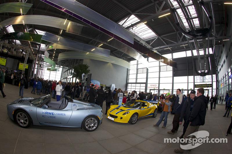Auto's op display op de Ring Arena