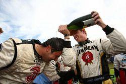 James Courtney fête son succès avec son équipe après sa victoire à la course 12 du 2010 V8 Supercar Championship