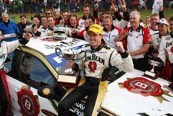 James Courtney fête son succès avec son équipe après sa victoire à la course 12 du 2010 V8 Supercar