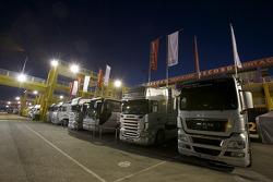 Les camions des équipe la nuit