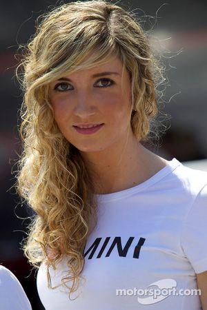 Очаровательная девушка Mini