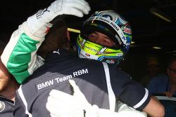 Augusto Farfus, BMW Team RBM, BMW 320si fête son succès en pole