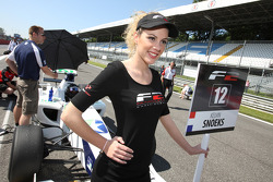 une charmante grid girl
