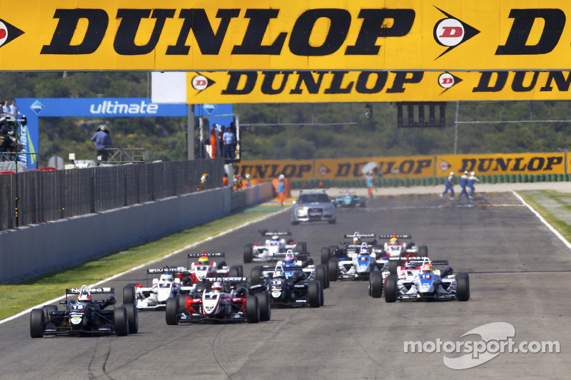 Start: Kevin Magnussen, Motopark Academy Dallara F308 Volkswagen voor Nicolas Marroc, Prema Powertea