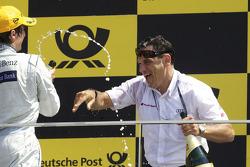 Podium: Bruno Spengler, Team HWA AMG Mercedes sprays Hans-Jürgen Abt avec champagne