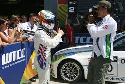 vainqueur Andy Priaulx, BMW Team RBM, BMW 320si fête son succès