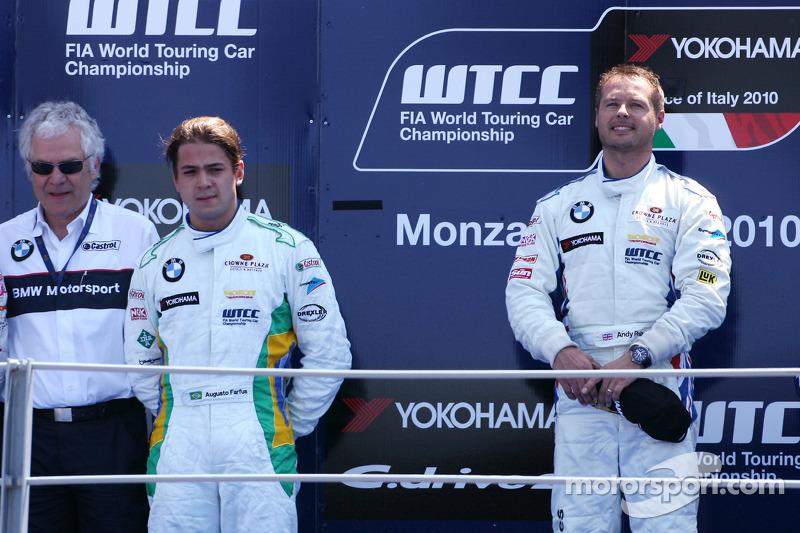 Podium: winnaar Andy Priaulx, BMW Team RBM, 2de Augusto Farfus, BMW Team RBM, 3de Robert Huff, Chevr